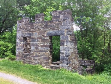 The ruins of the lockhouse at Lock 51.